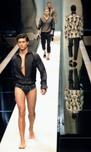 O modelo brasileiro Jesus Luz, apontado como affair de Madonna, desfila na temporada de moda de Milão para a Dolce&Gabbana (20/06/2009)