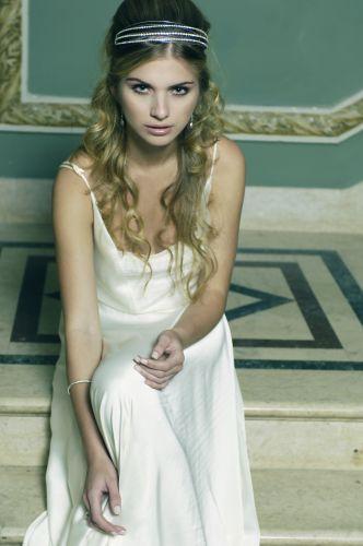 Bruna usa vestido de cetim modelo