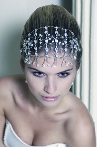 Detalhe da tiara com aplicação de zircônias de Sabrina & Isa Ateliê (a partir de R$ 350, a locação) no look da modelo Bruna