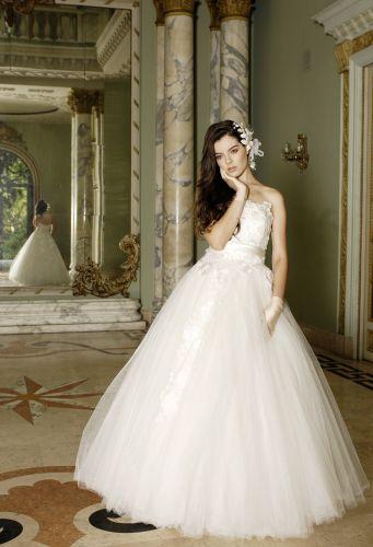 Luana usa vestido tomara-que-caia com saia rodada de tule Solaine Piccoli (1º aluguel a partir de R$ 6.800)