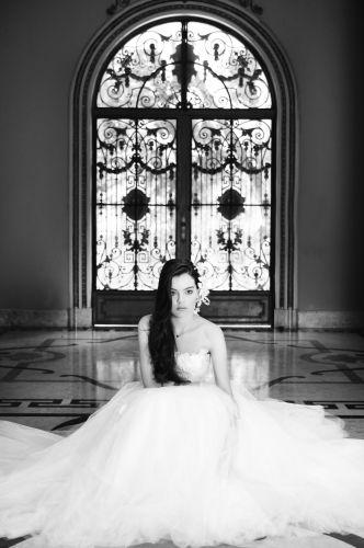 Luana usa vestido com aplicações de rosas em renda francesa e saia de tule com aplicações de renda Solaine Piccoli (1º aluguel a partir de R$ 6.800,00). Como acessórios, gargantilha em prata de lei com marcassita da Casa Vasconcelos (R$269) e arranjo de flores (R$ 55) e luvas acetinadas off-white (R$ 30), ambos Frou Frou Brechó