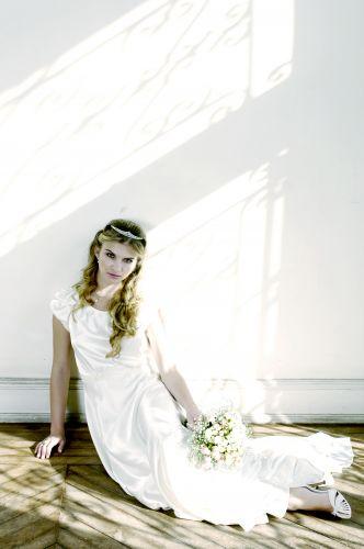 Bruna usa vestido em cetim de seda texturizado e detalhe em bico de renda renascença nas mangas da estilista Emannuelle Junqueira (R$ 5.500). As joias são da Amsterdam Sauer: brinco de lacinho com pavé de pérola (R$ 5.475), anel de pérola e diamantes (R$ 5.110) e cordão em ouro branco com pendente de pérola e brilhantes (R$ 1.168). A coroa de zircônias é Sabrina & Isa Ateliê (R$ 250, a locação) e o buquê, Aldeia das Flores (R$ 170)