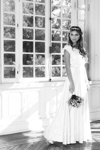 Bruna mostra o vestido da estilista Emannuelle Junqueira (R$ 5.500) usado com joias Amsterdam Sauer: brinco de lacinho com pavé de pérola (R$ 5.475), anel de pérola e diamantes (R$ 5.110) e cordão em ouro branco com pendente de pérola e brilhantes (R$ 1.168)