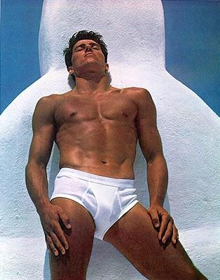 Tomas Valdemar Hintnaus, atleta brasileiro aposentado de salto com vara, foi garoto-propaganda das cuecas Calvin Klein em 1981, ao 23 anos