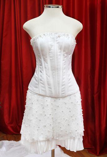 Vestido contemporâneo, de comprimento mini, cintura baixa e com corpete tomara-que-caia exposto na Mostra Moda Noiva que acontece até 8 de maio na loja Fashion Noivas em São Paulo (Rua São Caetano, 185 - entrada gratuita)