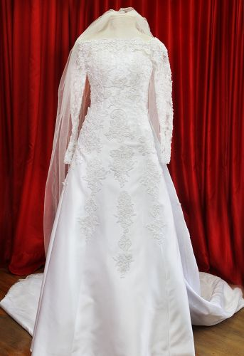 Vestido de mangas longas e corte de linhas retas que reproduz o estilo vigente nos anos 1960