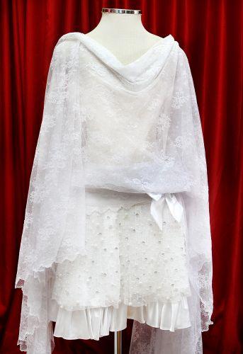 Os anos 20 marcaram a liberdade da silhueta feminina. No modelo de vestido de noiva exposto na loja Fashion Noivas, o comprimento é curto e a modelagem é bem ampla e drapeada