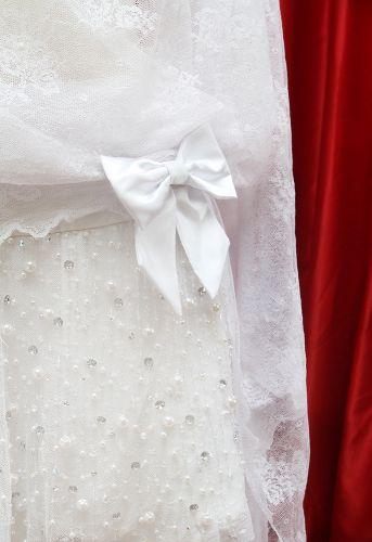 Detalhe do laço que marca a cintura baixa do modelo inspirado nos vestidos de noiva dos anos 20