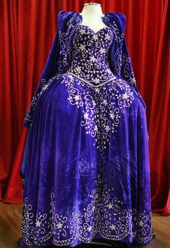Vestido azul royal que exemplifica os modelos de vestido de noiva do século 18. Na época, quanto maior o tamanho das ancas (volume lateral), maior o poder da mulher que o vestia