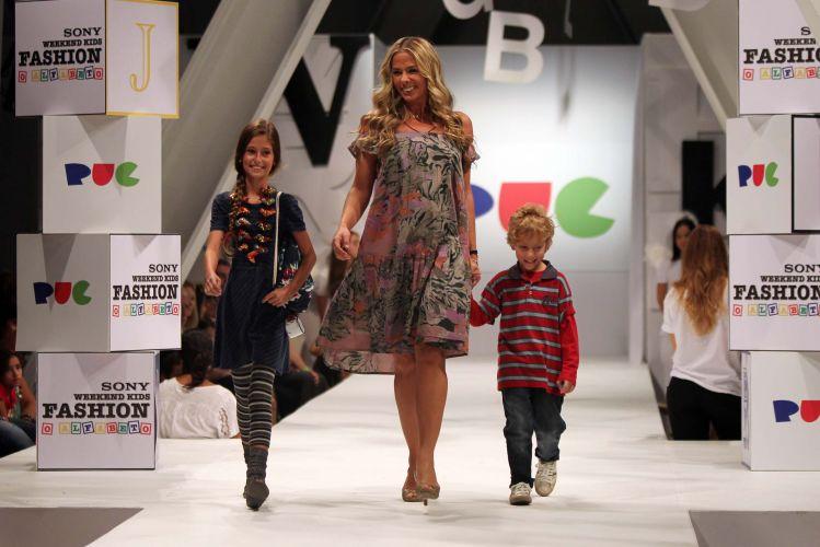 Adriane Galisteu desfila com modelos mirins para a marca PUC de roupas para crianças, na tarde de sábado (26), durante o Sony Fashion Weekend Kids, no shopping Iguatemi, em São Paulo (26/03/2011)