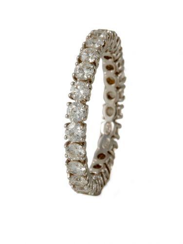Aliança em ouro branco 18 quilates com 24 diamantes, na Patrícia Centurion (Tel.: 11 3061-1548)