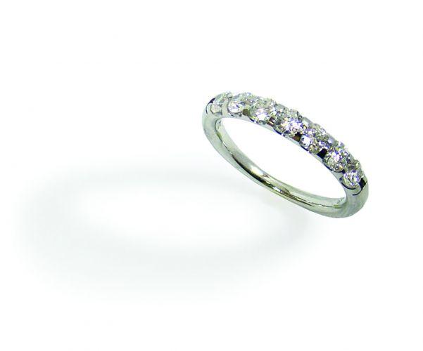 Lit meia aliança, em ouro branco 18 quilates com diamantes, na Amsterdam Sauer (Tel.: 21 2279-6237)
