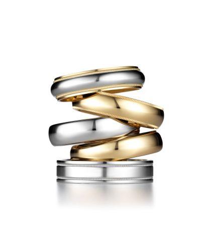Sugestões da Tiffany, de cima para baixo: aliança milgrain platina e ouro 18k; aliança milgrain ouro 18k; aliança lúcida platina; aliança lúcida ouro 18k; e aliança platina 5 rows (Tel.: 11 3815-7000)