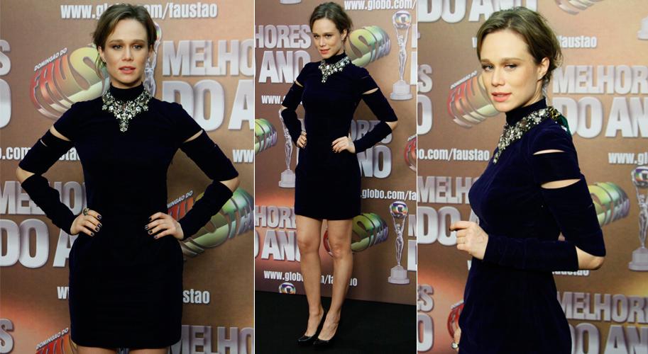 Mariana Ximenes investiu em um look sexy, com vestido de mangas longas com recortes e um grande colar para ir à premiação do Domingão do Faustão (27/03/2011)