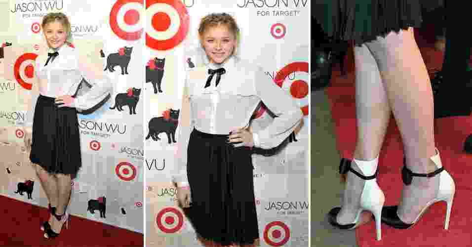 Chloe Moretz vestiu um look criado pelo estilista Jason Wu para a rede de supermercados Target para ir à festa de lançamento da coleção. A produção contava com camisa braca, gravatinha de fita de cetim e saia plissada na altura dos joelhos. Sapatos Gianvito Rossi complementaram o visual da jovem (16/01/2012) - undefined