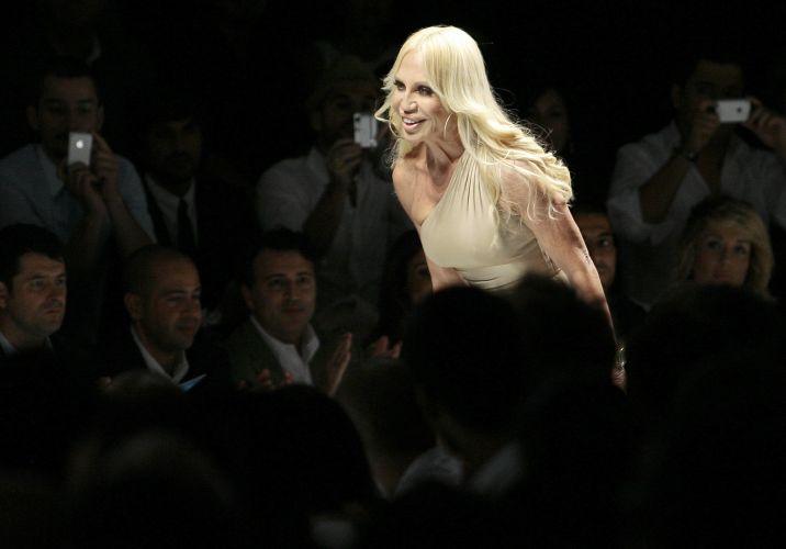 A estilista Donatella Versace ao final do desfile