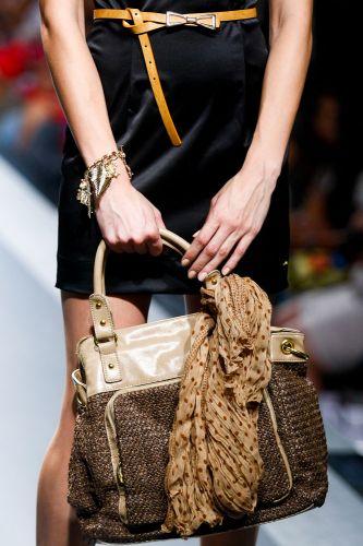 A Jenny's Stone apresenta bolsa para o Inverno 2012 durante o segundo dia de Mega Polo Moda. O evento é realizado pelo famoso shopping atacadista do Brás, bairro de São Paulo conhecido pelas lojas de moda popular (28/02/2012)
