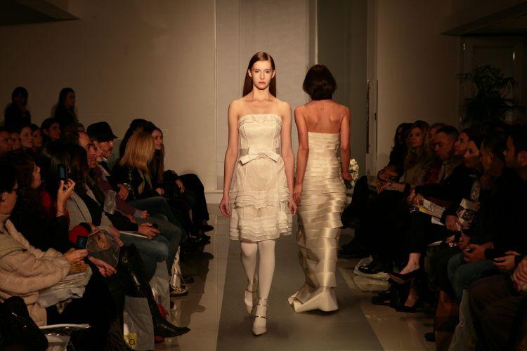 A estilista Gloria Coelho mostra em desfile sua coleção especial para noivas que tem 18 modelos que custam de R$ 2.000,00 a R$ 20.000,00 e podem ser encomendados em qualquer loja da marca