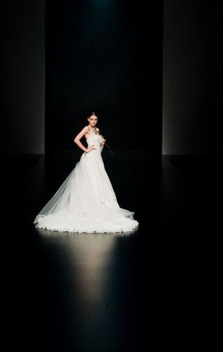 Modelo desfila vestido de noiva da marca chinesa especializada em trajes de casamento Aolisha durante a semana de moda de Hong Kong (18/1/2011)