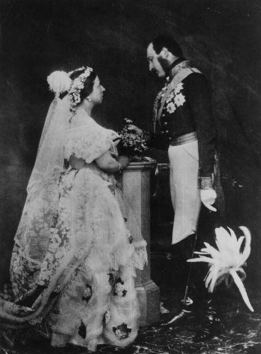 A Rainha Victoria e o Príncipe Albert reencenaram o casamento 14 anos depois de sua união, para que os fotógrafos pudessem registrar o momento