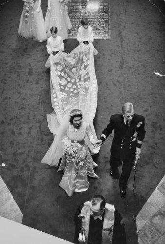 O vestido da futura Rainha da Inglaterra foi feito de cetim, em vez da tradicional renda, e um véu de quase quatro metros