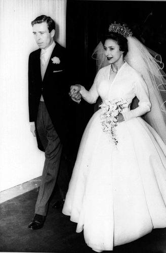 O vestido da princesa Margaret, irmã de Elizabeth, é uma criação do estilista da corte, Norman Hartnell. Mas o grande destaque ficou para a Tiara Poltimore, um presente da rainha Mary, vendida em 2006 por mais de US$ 1,5 milhões de dólares
