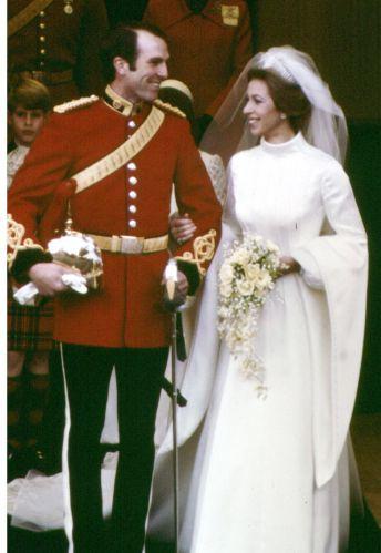 A princesa Anne, única filha da Rainha Elizabeth II, desenhou o próprio vestido de noiva, em estilo Tudor, para o casamento com o tenente Mark Phillips, de quem se separou quase 20 anos depois