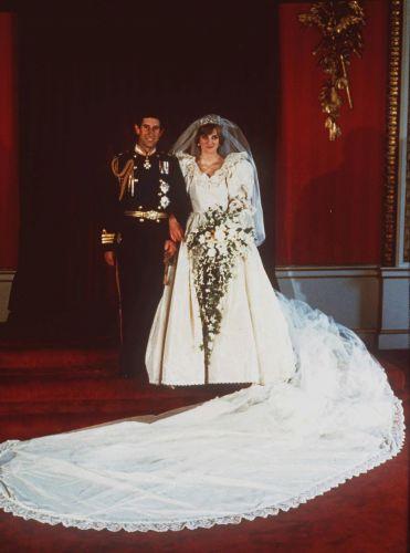 A união de Diana com o príncipe Charles foi considerado o casamento do século; mais de 750 milhões de telespectadores assistiram ao enlace