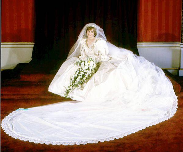O enorme vestido da Princesa Diana, com uma cauda de 7,5 metros, é um dos mais icônicos vestidos de noiva de todos os tempos