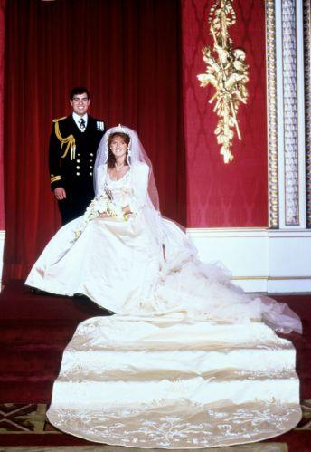 O vestido escolhido por Sarah Ferguson para o casamento com o príncipe Andrew, irmão de Charles, tinha um bordado com a letra A na cauda, em homenagem ao noivo
