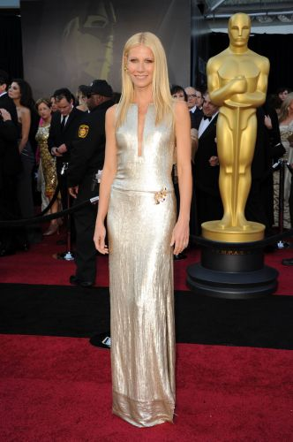 BEM-VESTIDAGwyneth Paltrow usa longo Calvin Klein Collection prata de corte seco e decote geométrico