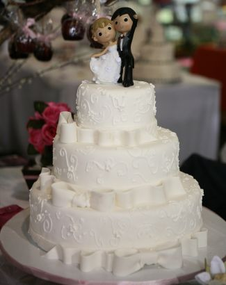 Bolo com noivinhos personalizados no topo da Cake Design. Mais informações no site