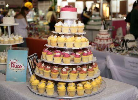 Torre de cupcakes da Dona Alice Cupcakes. Mais informações no site