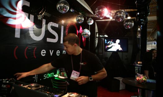 O estande da Fusion Eventos oferece um clima de discoteca com direito a DJ e globos espelhados. Mais informações no site