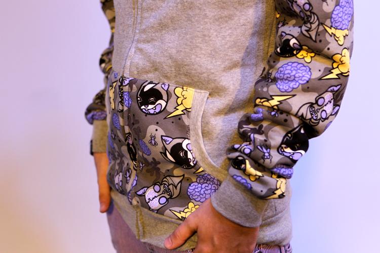 O moletom de Pe Lanza tem desenhos estampados no bolsa, mangas e capuz