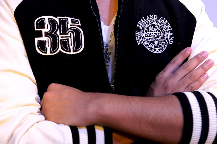 Detalhe para os bordados na jaqueta de Koba