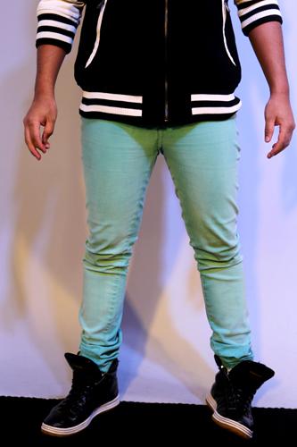 A calça verde de Koba é é justa da coxa até a batata da perna