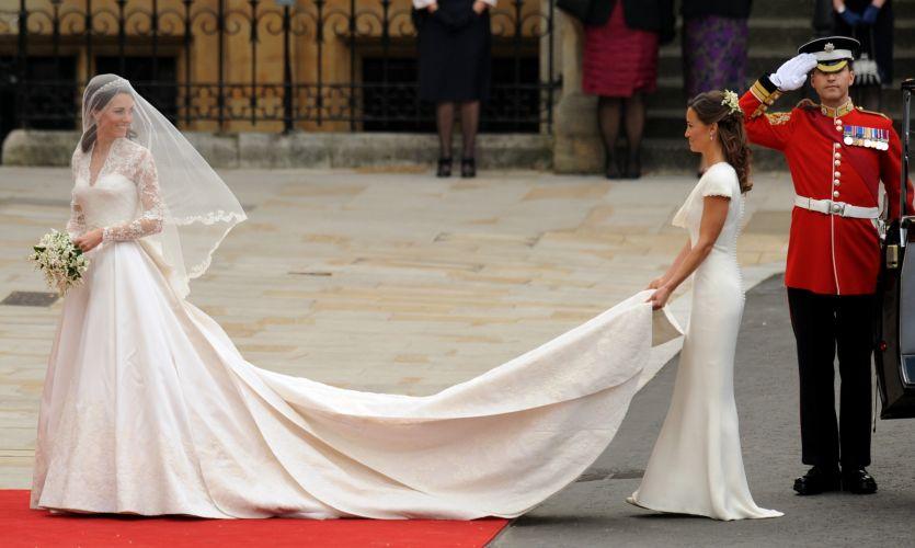 Kate Middleton chega à Abadia de Westminster usando o vestido criado por Sarah Burton, estilista da grife Alexander McQueen (29/04/2011)