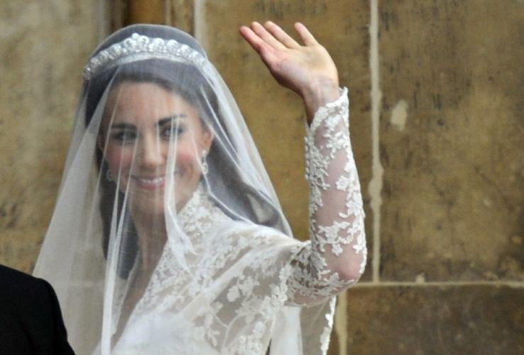 Tiara encoberta pelo véu, usada por Kate Middleton é uma Cartier de 1936 e foi emprestada pela rainha Elizabeth 2ª para a ocasião (29/04/2011)