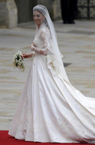 O trabalho manual característico das criações de McQueen, e consequentemente de sua sucessora Sarah Burton (o estilista morreu em fevereiro de 2010), foi o que atraiu Kate Middleton ao escolher seu vestido de noiva. Toda a renda do vestido foi feita à mão, pelos alunos da Escola Real de Bordado (29/04/2011)