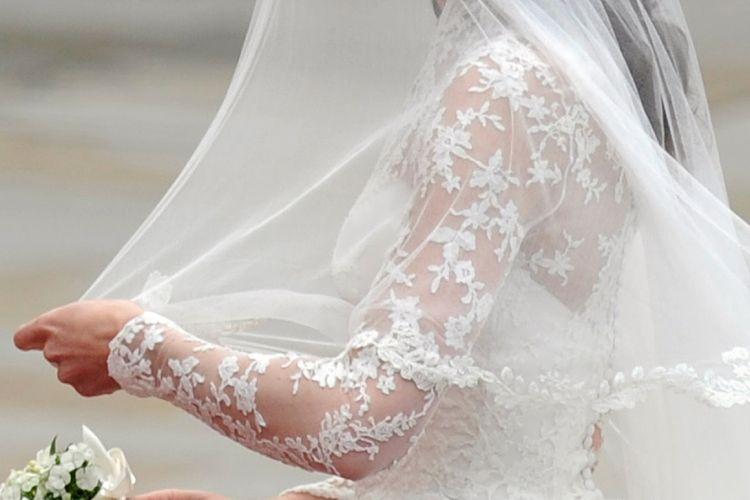 Detalhe das mangas do vestido de Kate Middleton. Foi construído um desenho orgânico exclusivo para a renda executada à mão, misturando rosas, trevos, cardos e abróteas (29/04/2011)