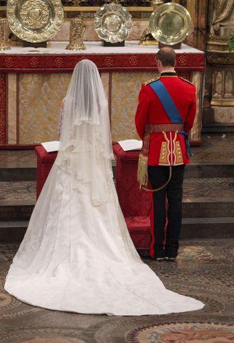 Kate Middleton optou por um véu curto de tule de seda com barrado de renda (29/04/2011)