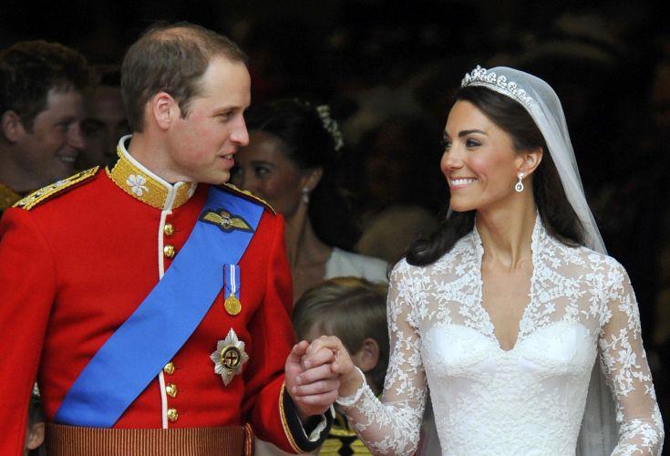 Corpo do vestido de Kate Middleton é ajustado, com a cintura e busto bem marcados (29/04/2011)