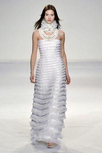 Além de criar modelos exclusivos para noivas, Gloria Coelho oferece a possibilidade de adaptar modelos suas coleções para o grande dia