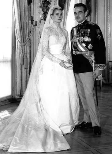 Grace Kelly é um dos principais ícones quando o assunto é vestido de noiva. Para seu casamento com o príncipe Rainier, de Mônaco, em 1956, usou um modelo da estilista Helen Rose com mangas rendadas, gola alta e cauda com mais de sete metros. A peça foi presente do MGM Studio para o casamento