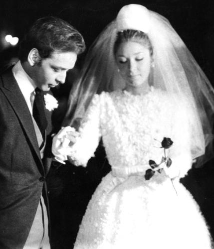 Maria Stela Splendore com criação comportada criada pelo noivo, o estilista Dener. Na foto, o casal durante sua boda, em 1965