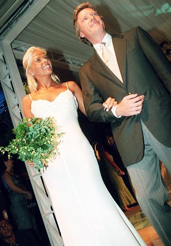 Adriane Galisteu de vestido simples Valentino de alcinha e detalhe no busto, em seu casamento com Roberto Justus, em 1998