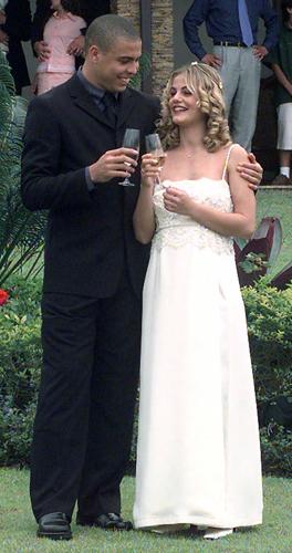 Milene Domingues em vestido simples de Giorgio Armani com detalhe de pedraria no busto durante seu casamento com o jogador de futebol Ronaldo, em 1999