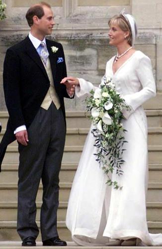 Sophie Rhys-Jones em vestido comportado criado por Samantha Shaw com decote em V para seu casamento com o príncipe Edward, conde de Wessex, em 1999