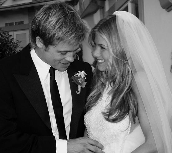 Jennifer Aniston de vestido Lawrence Steele com gola fechada e sem mangas em seu casamento com o ator Brad Pitt, em 2000